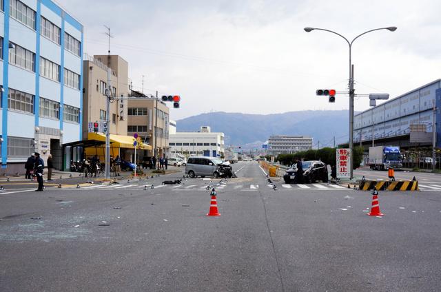 車衝突、2人巻き添え死 数十メートルはじかれ歩行者に 東大阪
