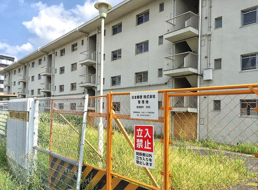 かんでんエンジニアリングのところに関電不動産のマンションが建つ模様。となりの郵政宿舎は閉鎖。