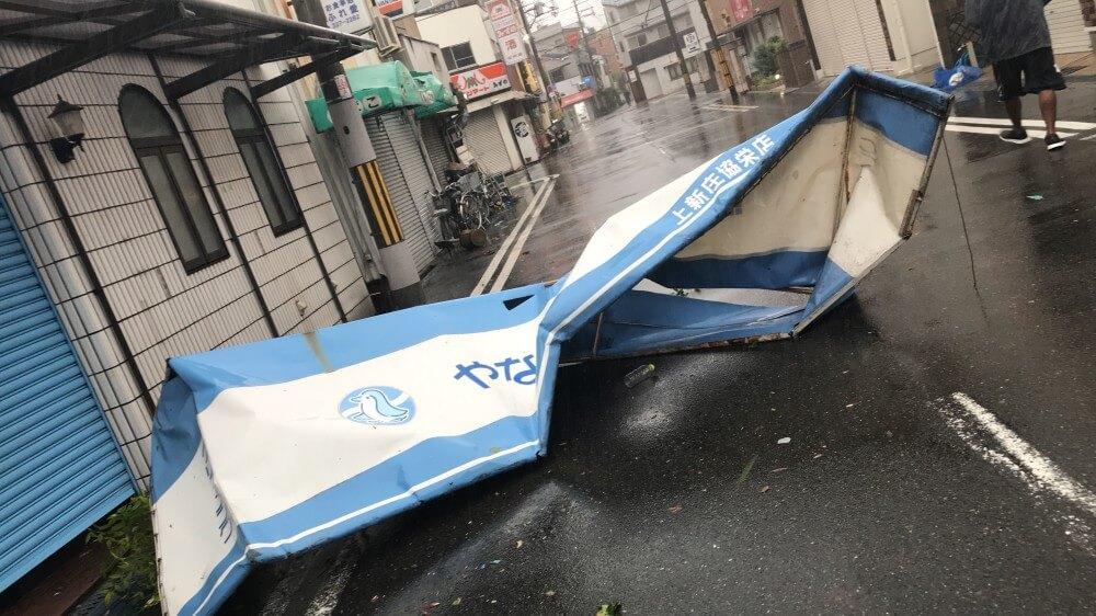 台風で看板が