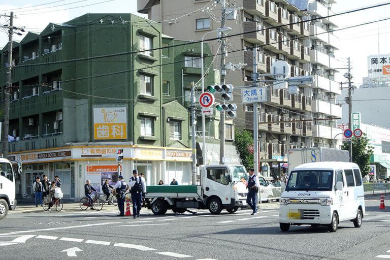 【東淀川区】交差点の真ん中でトラックが立ち往生。内環の大隅1交差点で車3台が関係する事故が発生しました。