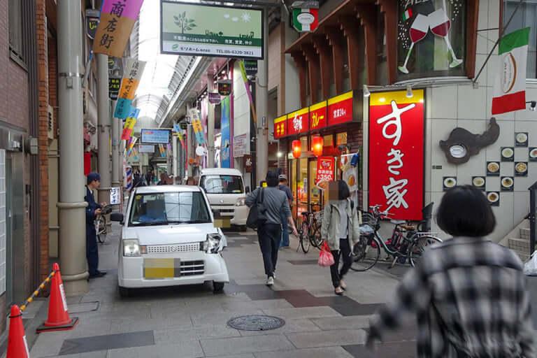 【東淀川区】歩行者しか通れない商店街内で。本日9日朝、淡路本町商店街内で自動車の接触事故が発生しました。