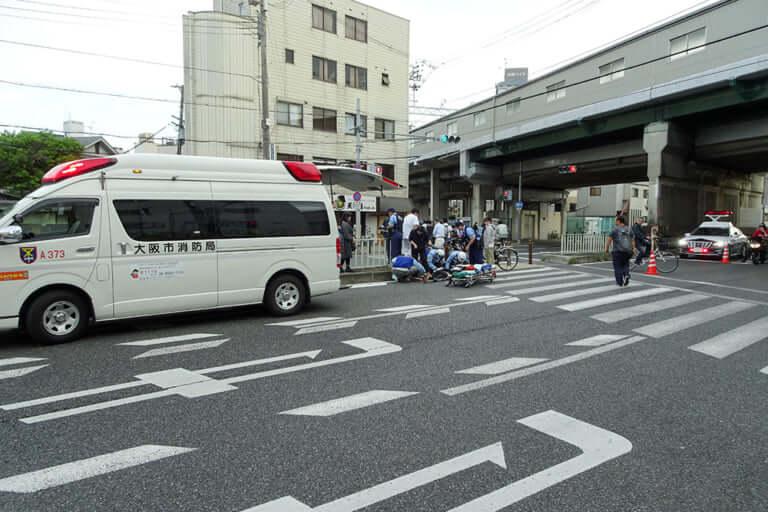 【東淀川区】本日15日夕方、上新庄の内環交差点でトラックとバイクの関係する事故が発生。事故対応のため、内環が規制されています。
