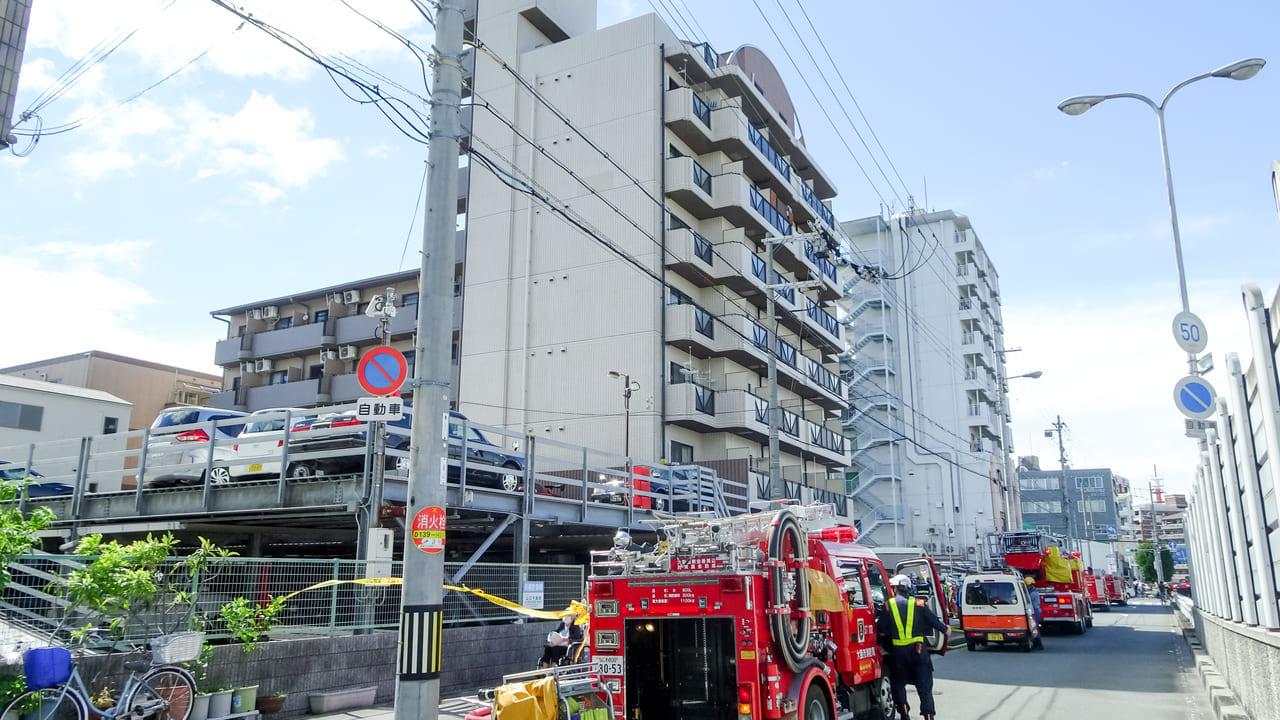 【東淀川区】本日15日午後、菅原の駐車場で一時は黒煙が立ち上る火事が発生しました。