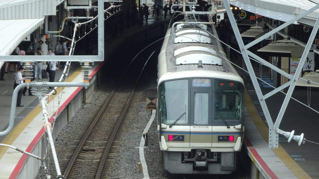 【東淀川区】列車に激しいヒビ。本日18日午前JR京都線新大阪駅構内にて人身事故が発生。列車に遅れが発生しています。